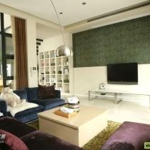 换个角度看看 红色兰色的沙发有米欧美风?浅色茶几 有米现代简约风?绿色花纹墙纸 有米乡村田园风?勒就是为什么我觉得偶家是百变混搭