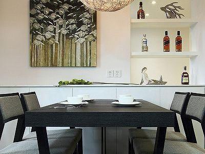 餐桌如果不够大桌面可以再拉长然后接一块板上去,使每边可以坐三个人。