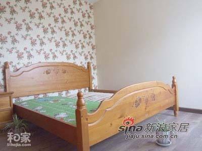这是主人的大床,不过最令小编感兴趣的还是后台的乡村风格的壁纸和地上的两盆植物,乡村真是无处不在呀
