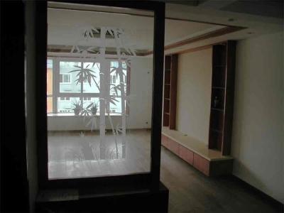 进门的鞋柜和玻璃玄关,在门厅和客厅之间