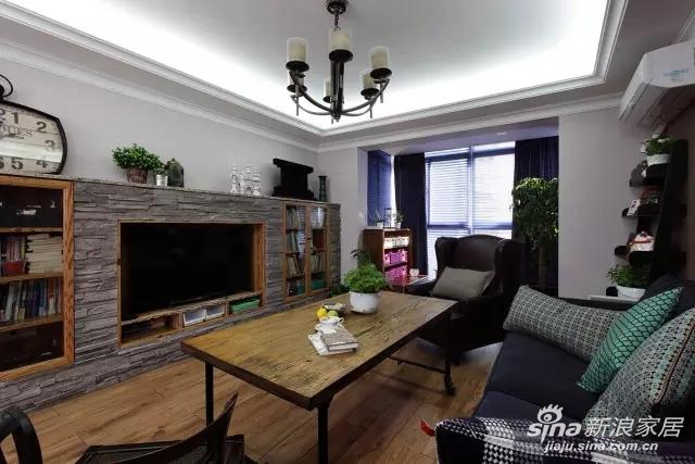 深蓝色布艺沙发加深褐色背景墙,看起来沉稳又大方。用窗户改造成框架的装饰画,给空间增加了灵动感。