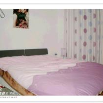 这是主卧里的床,可以看到墙角床头柜上的灯