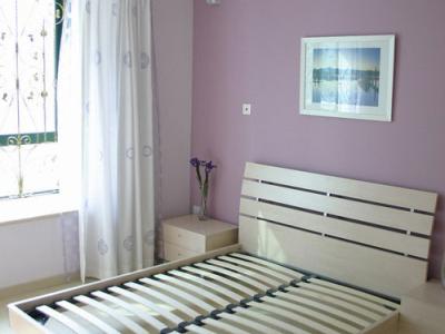 卧室,主体颜色用了一个比较淡的紫色,后面刷了一个背景墙,原本担心颜色太深,会使得卧室颜色偏暗,但实际效果还是非常好的