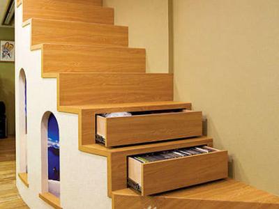 为避开楼上大梁,以免上楼后容易撞到头部,因此将楼梯修改成弧形,贴上木纹板,并将部份阶梯规划为抽屉与收纳柜,有效运用每一寸空间
