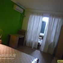 卧室只有一面墙是绿的,且和客厅的绿色不同,刚进家具的样子~~空荡荡的