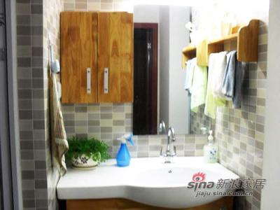 卫生间虽然狭小,但是所有必要的物品都在触手可及的地方。灰色的墙面砖简洁耐用。