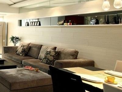 从餐厅看客厅的样子,天花板跟地板的斜线条想到了很好的呼应