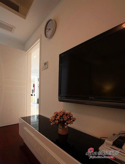 卧室里的电视柜一角,因为没有打开灯光所以显得暗了些