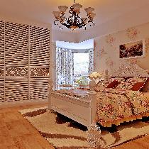 可爱的公主床则是乖乖女的梦想天堂,小尺寸的栏杆床则是调皮儿子的最爱,成人床多配以70cm左右高的床头柜和床尾凳方便起居,看空间大小配以恰当大小的或三门或两门或四门的衣柜来收放衣物,当然还有必备的梳妆台,靠窗处可配一休闲椅和小圆或小方几,闲时品一杯香浓的咖啡,想必是一个不错的选择