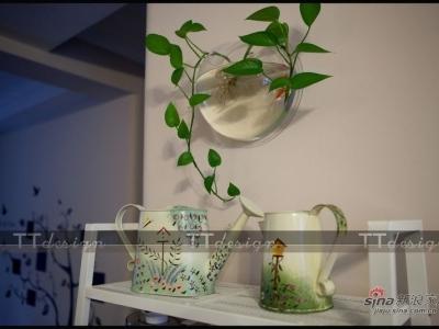房间里基本每个角落都配置了绿植和小装饰品。处处充满了生机盎然的景象。