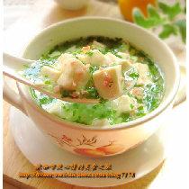 【翡翠豆腐羹】色泽碧绿、豆腐鲜嫩、汤汁鲜美。 具有补气生血、健脾益肺、润肌护肤、养肝健胃等功效。对患有贫血、各种出血症、软骨病、营养不良、食欲不振等病的乳母非常适宜。
