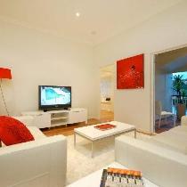 白色的墙面漆让居室看起来更为宽敞明亮