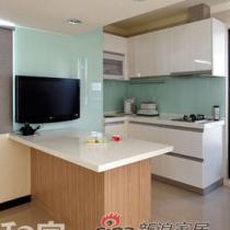 小巧的厨房空间,壁面采以烤漆玻璃,易于清理,而吧台部分则兼具起餐桌及工作台功能