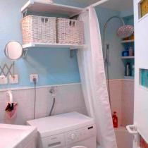 不规则的卫生间给设计也带来了难度,身为设计师的业主在设计前已经考虑到安置的各个物品的尺寸,根据测量的大小合理做了空间的规划,纳入卫生间