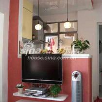电视柜是做在电视墙上的,上面刷了艺术涂料,选用了粉红色系