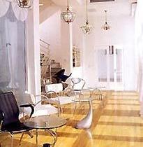 玻璃走廊里放置了桌椅,一边是阳光灿烂,一边是翠竹青青