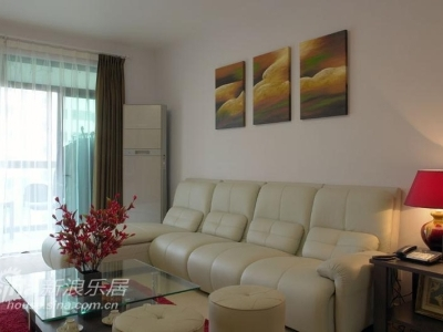 沙发后的墙面是3幅图画为一组的装饰画