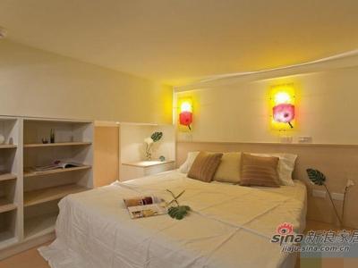 客卧部分,空间利用相当好。两盏小壁灯为客卧增添了不少情趣。