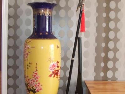 电视柜左面花瓶旁边放的是我在开封买的方天化戟