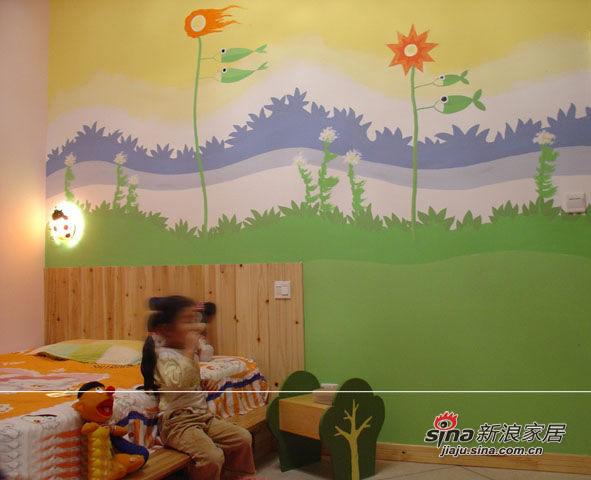 宝宝床靠部分仍然用的墙板,背景墙则是按照宝宝的意愿画了一幅大壁画,内容是宝宝自己选的,画得很累,所以很多细节都没有画上去。手绘在我的设计里经常出现,自己的家当然也不例外