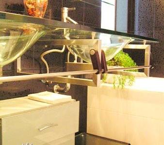 卫生间黑色和白色瓷砖,配上金属玻璃感觉非常时尚