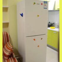冰箱把开放式厨房与小客厅分开了