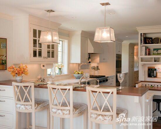素白的吧台桌附上立体储物柜的功能,将空间利用最大化。清新简洁的吊灯散发出懒洋洋的灯光,符合现代都市白领的风格~