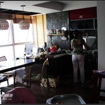 厨房全景,是宝宝奶奶在做薄饼(我们这里的名小吃,端午节的时候一定要吃的味道一级棒)