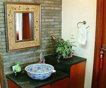洗手台上的青花瓷盆是偶们在花鸟市场购得,自己打孔滴