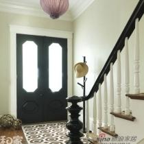 若您的玄关区域较为狭小,那就选择尺寸较大的地毯作为首地毯,做法上,测量玄关入口的宽度,随后去市场上寻找类似宽度的大地毯,图案上可选用几何图形,从而从视觉上扩充空间。