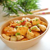 【家常茄汁豆腐】为了摄入优质植物蛋白,豆制品可谓最好的选择。豆腐的做法千变万化,口味也很多。    家常豆腐,很平常的小菜。可根据家人口味、喜好,调制出不同口感、滋味的豆腐菜。