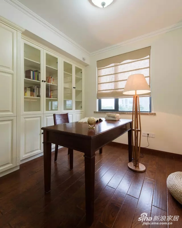 在顶角线、垭口包边和嵌入式柜体,用浅黄或雅白,突出空间的和谐与优雅。