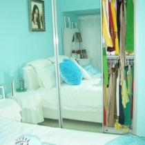 衣柜柜门是采用的大面积的镜面,既增加空间感,又当穿衣镜