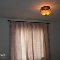 左二小卧室,淡青色配紫色窗帘,还有复古典雅的半吸顶灯