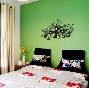 卧室的墙面是绿色的