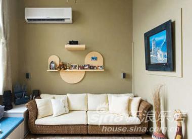 巧妙融合我们喜爱的希腊与峇里岛风情,以芥末绿壁纸搭配屋主自己挑选的藤编沙发,加上蓝色床框与延伸于藤编沙发的蓝、白长条休闲座椅,成功营造出异国的自然休闲风味