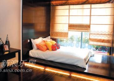日式和室风格的卧室,简洁的罗马帘,简单的色调,雅致的图案,加上独特的透光效果,与卧室的静谧舒适相得益彰。
