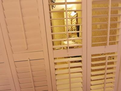 打开右边的衣柜门,更有玄机在里面