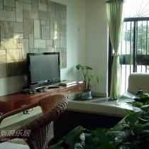 电视柜的处理比较省空间,也便于清洁地面。