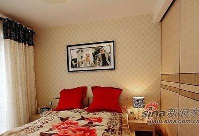 主卧的壁纸跟客厅用的是同一型号的,整体感觉非常温馨。