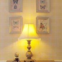非常有美式乡村风格,壁上的蝴蝶挂画富有美感。壁纸很漂亮,很怀旧的颜色。