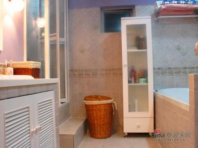 卫生间全貌,可爱实用的立柜是我在装修杂志上看到的,让木工给做了一个,简单漂亮