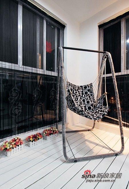 客堂阳台这里的吊椅,很舒适的一款椅子