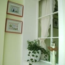 飘窗的左边设计了个假窗,主要是考虑通风。挂了个很唯美的窗帘,从楼梯上看下来,感觉很好