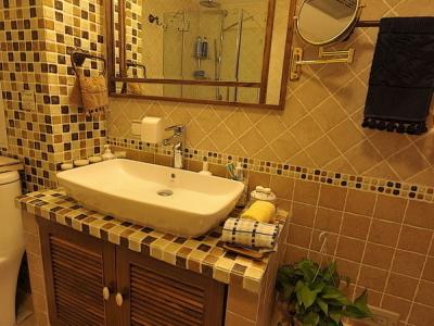 看看砖砌的洗手台,台盆的尺寸大了 原来设计的台面比现在的大 后来台面缩小 我却忘记去换台盆的尺寸了。镜子是设计师出图 木工现场做的