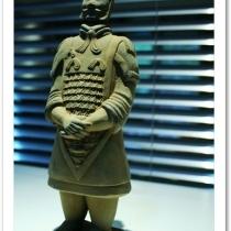 玄关上面的兵马俑,有朋友说这是墓里的东西不好,但是始皇帝都用这个来保护他,我拿来辟邪应该可以吧