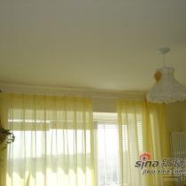 主卧的顶,其实淡黄的窗纱拉起来是很漂亮的,可惜照片上看不出来效果,这是我家最贵的窗纱,200多一米的,心疼啊