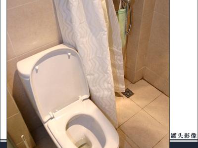 最早一直看中一款TOTO的座厕,水箱也窄,样子也符合偶们的口味,但后来了解到那款没有400坑距,后来又看中美标的一款,但好多人都反映美标的质量不杂地,一致推荐Roca,偶原来一直不怎么能接受Roca方
