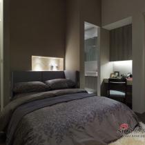 主卧室的色调整体为深色