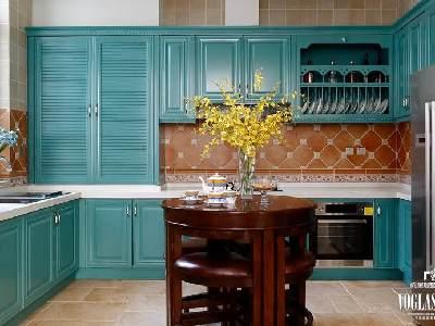 爱上餐厨时光,从最美丽的厨房开始!灰绿色橱柜,暖色调的仿古砖还有纤枝婆娑迎春花,一同营造美好的厨房时光。